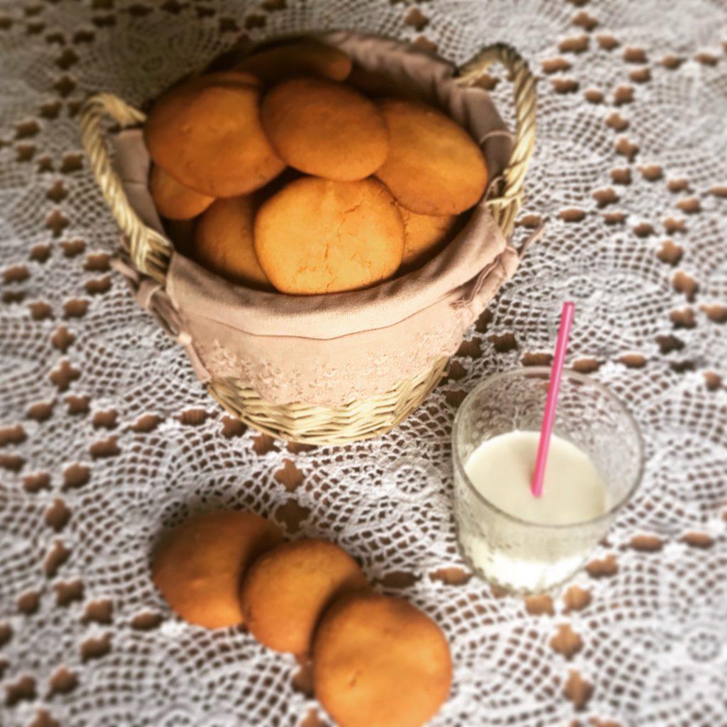 Biscotti da inzuppo all'olio senza glutine e bicchiere di latte