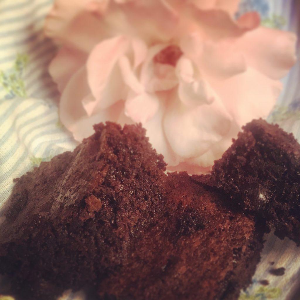 Brownies con rosa sullo sfondo