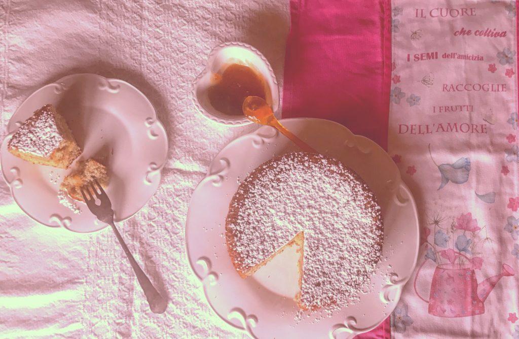 Foto dall'alto torta morbida alla marmellata senza glutine
